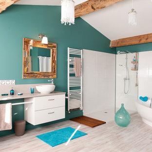 Idées déco pour une grand salle de bain principale contemporaine avec un placard sans porte, des portes de placard blanches, une baignoire indépendante, une douche d'angle, un WC séparé, un carrelage blanc, des carreaux de céramique, un mur bleu, sol en stratifié, un lavabo posé, un plan de toilette en stratifié, un sol beige, aucune cabine, un plan de toilette beige, des toilettes cachées, meuble double vasque, meuble-lavabo encastré et un plafond en poutres apparentes.