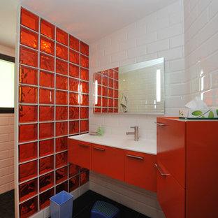 Ispirazione per una stanza da bagno per bambini contemporanea con ante a filo, ante arancioni, vasca idromassaggio, doccia a filo pavimento, piastrelle nere, piastrelle in ceramica, pareti bianche, pavimento con piastrelle in ceramica, lavabo sottopiano e top in superficie solida