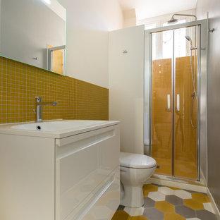 Immagine di una stanza da bagno per bambini tradizionale di medie dimensioni con ante a filo, ante bianche, doccia a filo pavimento, piastrelle gialle, piastrelle a mosaico, pavimento con cementine, lavabo rettangolare, top piastrellato, pavimento multicolore e top bianco
