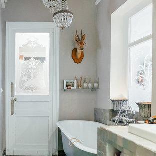 Aménagement d'une salle de bain principale victorienne de taille moyenne avec un placard sans porte, une baignoire sur pieds, un carrelage multicolore, carrelage en mosaïque, un mur gris et un lavabo encastré.