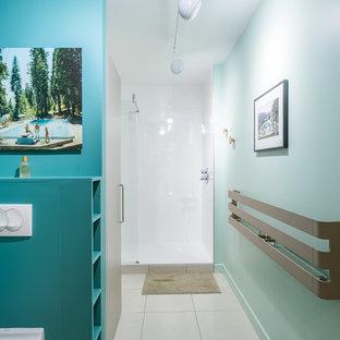 Aménagement d'une douche en alcôve rétro avec un mur bleu, un sol blanc et aucune cabine.