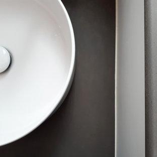 Foto di una piccola stanza da bagno con doccia nordica con nessun'anta, ante grigie, doccia alcova, piastrelle bianche, piastrelle in ceramica, pareti bianche, pavimento con piastrelle in ceramica, lavabo da incasso, top in legno, pavimento grigio, doccia con tenda e top grigio