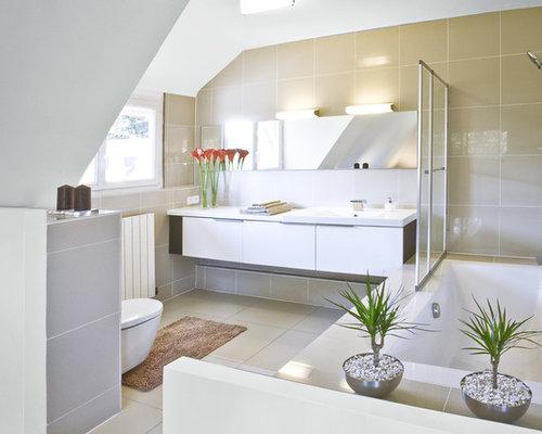 salle de bain avec un lavabo int gr et un combin douche