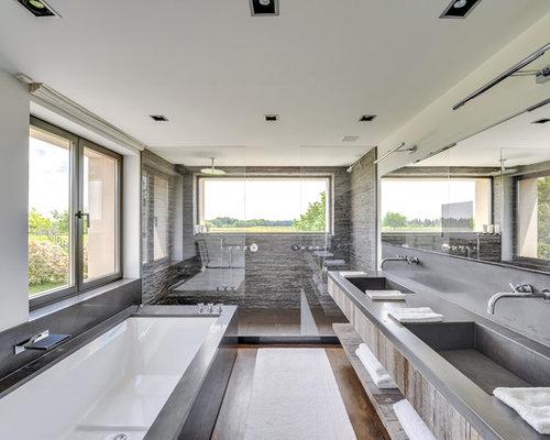 Salle de bain avec des portes de placard en bois vieilli : Photos ...