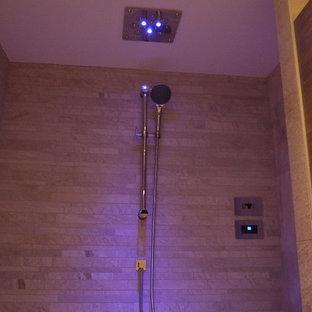 Esempio di una stanza da bagno nordica con doccia a filo pavimento
