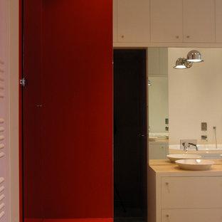 Ispirazione per una grande stanza da bagno padronale design con vasca sottopiano, doccia a filo pavimento, piastrelle rosse, piastrelle a specchio, pareti bianche, pavimento in bambù, lavabo a bacinella, top in legno, pavimento beige e porta doccia a battente
