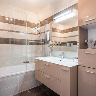 Aménagement d'une salle de bain principale contemporaine de taille moyenne avec un placard à porte plane, des portes de placard beiges, une baignoire en alcôve, un combiné douche/baignoire, un carrelage beige, un carrelage blanc, un carrelage marron, un mur marron et un lavabo intégré.