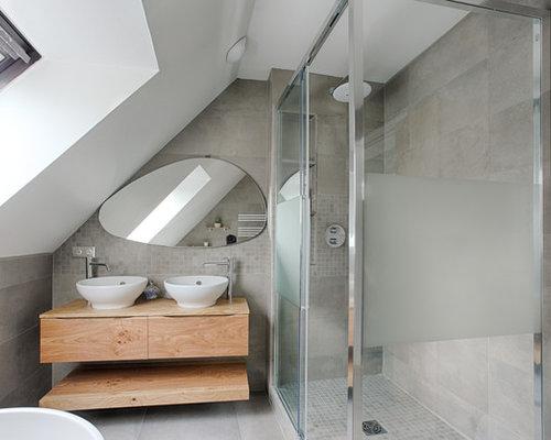 Salle de bain avec un plan de toilette marron photos et for Plan de pose de carrelage