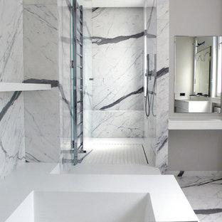 Idées déco pour une douche en alcôve principale contemporaine de taille moyenne avec un bain japonais, un carrelage noir et blanc, un mur blanc et un lavabo intégré.