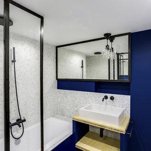 Diseño de cuarto de baño principal, contemporáneo, pequeño, con armarios con rebordes decorativos, puertas de armario blancas, bañera encastrada sin remate, combinación de ducha y bañera, baldosas y/o azulejos grises, baldosas y/o azulejos de mármol y encimera de madera