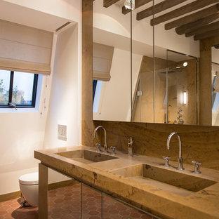 Свежая идея для дизайна: ванная комната в средиземноморском стиле с плоскими фасадами, белыми стенами, полом из терракотовой плитки, монолитной раковиной, красным полом, душем с распашными дверями и коричневой столешницей - отличное фото интерьера