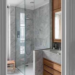Exemple d'une salle de bain tendance de taille moyenne avec un placard à porte plane, des portes de placard en bois brun, un carrelage gris, un lavabo encastré, un sol gris, une cabine de douche à porte battante, un plan de toilette gris, meuble simple vasque et meuble-lavabo encastré.