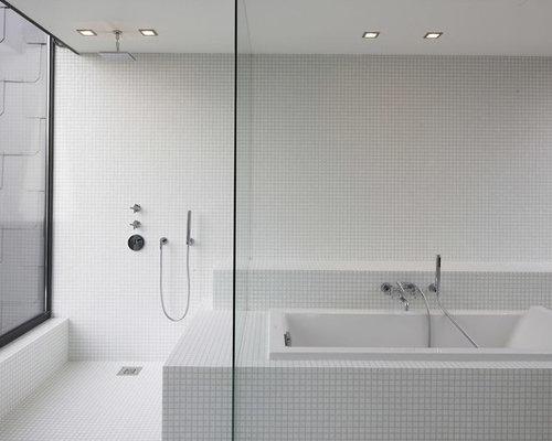 Salle de bain avec une baignoire posée et carrelage en mosaïque ...
