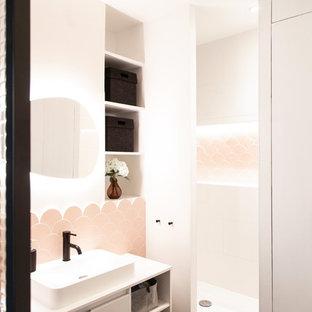 Immagine di una piccola stanza da bagno padronale moderna con ante a filo, ante bianche, doccia alcova, piastrelle rosa, piastrelle in ceramica, pareti bianche, pavimento in cementine, lavabo a bacinella, top in superficie solida, pavimento grigio, porta doccia a battente e WC a due pezzi
