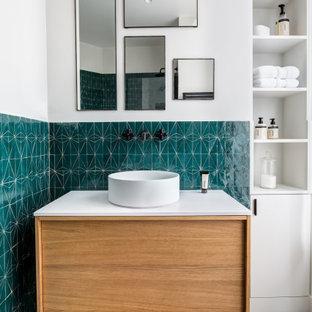 Aménagement d'une salle de bain contemporaine pour enfant avec un placard à porte plane, des portes de placard en bois brun, un carrelage bleu, un mur blanc, une vasque, un sol blanc, un plan de toilette blanc et meuble-lavabo suspendu.