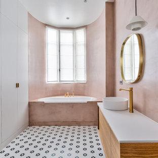 Неиссякаемый источник вдохновения для домашнего уюта: детская ванная комната в современном стиле с плоскими фасадами, фасадами цвета дерева среднего тона, накладной ванной, розовыми стенами, полом из мозаичной плитки, настольной раковиной, разноцветным полом, белой столешницей, тумбой под одну раковину и подвесной тумбой