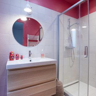 Esempio di una piccola stanza da bagno padronale minimal con ante in legno chiaro, doccia alcova, piastrelle bianche, pareti rosa, pavimento bianco, porta doccia scorrevole, ante lisce e lavabo sospeso