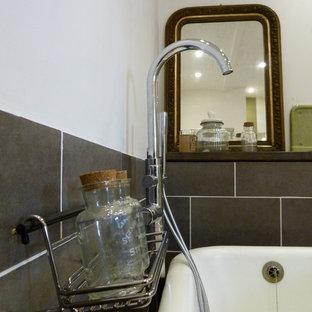 Foto di una stanza da bagno padronale tradizionale di medie dimensioni con vasca con piedi a zampa di leone, doccia a filo pavimento, WC sospeso, piastrelle grigie, piastrelle in ceramica, pareti grigie, pavimento in sughero, lavabo rettangolare, pavimento beige e doccia aperta