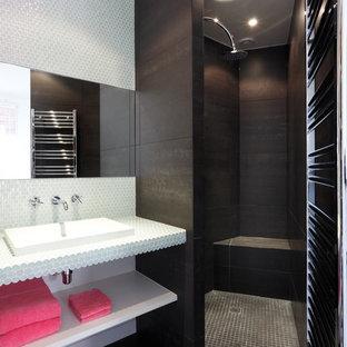 Bild på ett funkis badrum med dusch, med klinkergolv i keramik, kaklad bänkskiva, en kantlös dusch, vit kakel och ett undermonterad handfat