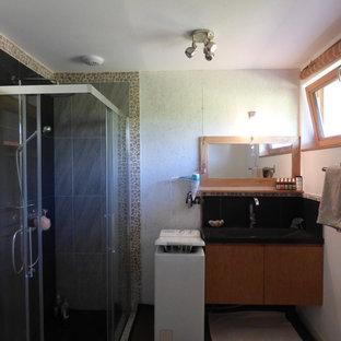 Esempio di una piccola stanza da bagno con doccia classica con ante lisce, ante in legno chiaro, piastrelle grigie, piastrelle in ceramica, pareti bianche, pavimento in sughero, lavabo rettangolare, top in acciaio inossidabile e porta doccia scorrevole