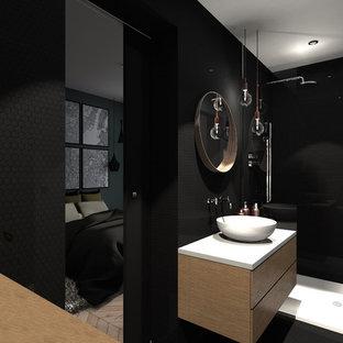 Ejemplo de cuarto de baño con ducha, actual, pequeño, con ducha abierta, sanitario de pared, baldosas y/o azulejos negros, baldosas y/o azulejos en mosaico, paredes blancas, suelo con mosaicos de baldosas, lavabo tipo consola, encimera de terrazo, suelo negro, ducha abierta y encimeras blancas