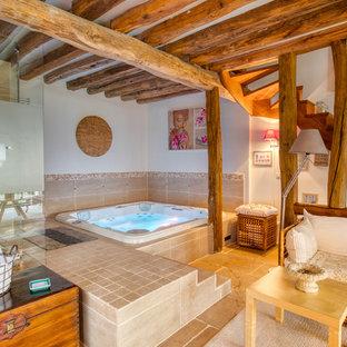 Idée de décoration pour une salle de bain champêtre avec un carrelage beige, un mur blanc et un sol marron.