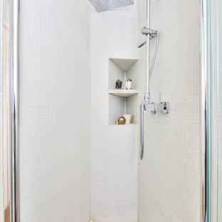 Idéer för att renovera ett litet funkis vit vitt en-suite badrum, med vit kakel, vita väggar, luckor med profilerade fronter, vita skåp, en dusch i en alkov, en vägghängd toalettstol, mosaik, cementgolv, ett konsol handfat, kaklad bänkskiva, lila golv och dusch med gångjärnsdörr