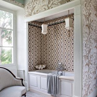Cette image montre une salle de bain principale victorienne de taille moyenne avec une baignoire encastrée, un carrelage beige, carrelage en mosaïque et un mur multicolore.