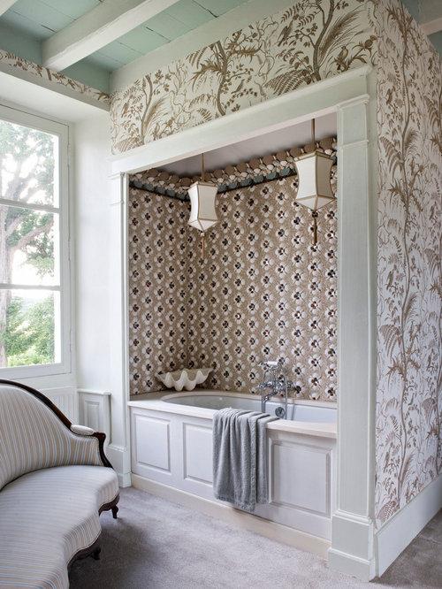 cette image montre une salle de bain principale ethnique de taille moyenne avec une baignoire encastre - Carrelages Brun 70s Salle De Bains