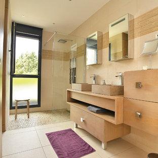 Aménagement d'une salle de bain contemporaine de taille moyenne avec un placard à porte affleurante, des portes de placard en bois brun, une douche d'angle, un carrelage beige, des carreaux de céramique, un mur beige, un sol en carrelage de céramique, un plan vasque, un plan de toilette en bois et aucune cabine.