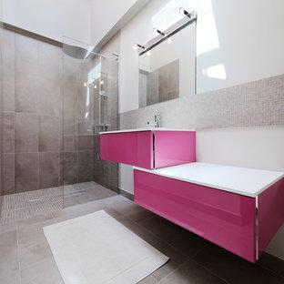 Exemple d'une salle d'eau tendance de taille moyenne avec carrelage en mosaïque, un mur beige, un sol en carrelage de céramique, un lavabo suspendu, une douche à l'italienne, un carrelage gris et aucune cabine.