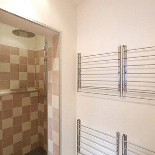 Imagen de cuarto de baño tradicional con ducha empotrada, baldosas y/o azulejos rosa, baldosas y/o azulejos de cemento, paredes blancas, suelo de azulejos de cemento, lavabo encastrado y suelo rosa