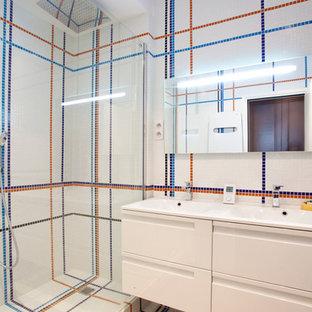 Aménagement d'une douche en alcôve principale contemporaine de taille moyenne avec un carrelage multicolore, un mur multicolore et un lavabo intégré.