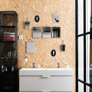 Ispirazione per una piccola stanza da bagno con doccia industriale con ante lisce, ante bianche, doccia aperta, piastrelle bianche, piastrelle diamantate, parquet chiaro e lavabo rettangolare