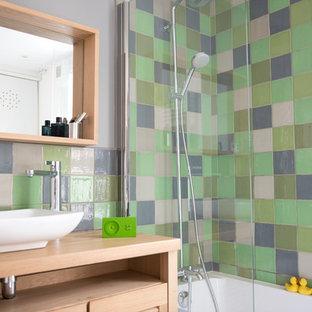 Exemple d'une salle de bain principale tendance.