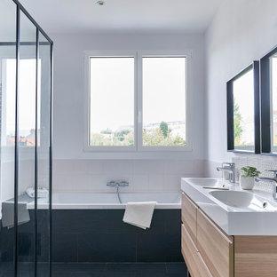 Cette image montre une salle de bain principale design de taille moyenne avec un placard à porte plane, des portes de placard beiges, une baignoire posée, une douche d'angle, un carrelage beige, des carreaux de porcelaine, un mur blanc, un lavabo intégré, un sol bleu, aucune cabine et un plan de toilette blanc.