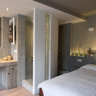 Inspiration pour une petit salle de bain design avec un carrelage gris, un mur gris, un sol en bois clair et une vasque.