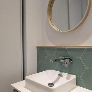 Свежая идея для дизайна: главная ванная комната в современном стиле с светлыми деревянными фасадами, зеленой плиткой, цементной плиткой, белыми стенами, полом из цементной плитки, накладной раковиной, столешницей из ламината, зеленым полом и белой столешницей - отличное фото интерьера