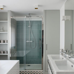 Exemple d'une douche en alcôve principale tendance de taille moyenne avec un carrelage beige, un carrelage bleu, un carrelage gris, un mur blanc, un sol en carrelage de céramique, un lavabo intégré et une cabine de douche à porte coulissante.