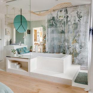 Cette photo montre une grand salle de bain principale éclectique avec un sol blanc et une baignoire posée.