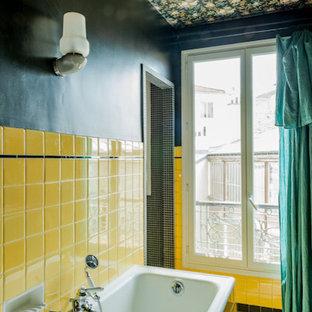 Salle de bain avec un carrelage jaune et un mur noir : Photos et ...