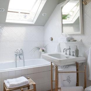 Пример оригинального дизайна: ванная комната в стиле шебби-шик с раковиной с пьедесталом, накладной ванной и серыми стенами