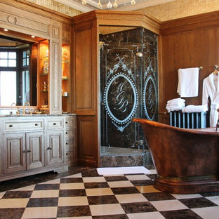 Exemple d'une grand salle de bain principale avec une baignoire indépendante, une douche d'angle, un sol en carrelage de céramique et un carrelage noir et blanc.