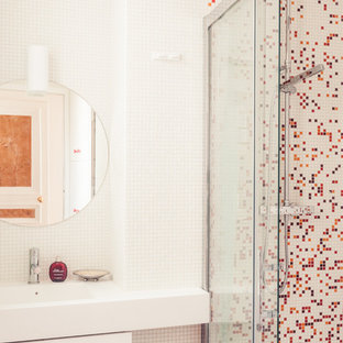 Inspiration for a midcentury 3/4 bathroom in Paris with an integrated sink, a curbless shower, red tile, multi-coloured tile, mosaic tile, white walls and mosaic tile floors.