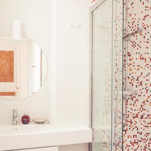 Immagine di una stanza da bagno con doccia moderna con lavabo integrato, doccia a filo pavimento, piastrelle rosse, piastrelle multicolore, piastrelle a mosaico, pareti bianche e pavimento con piastrelle a mosaico