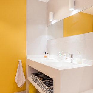 Cette image montre une salle de bain principale vintage avec un lavabo intégré, une baignoire encastrée, une douche à l'italienne, un WC suspendu, un carrelage jaune, un carrelage multicolore, des carreaux de céramique, un mur gris et un sol en carrelage de céramique.