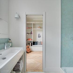 Aménagement d'une salle de bain classique de taille moyenne pour enfant avec un placard sans porte, une douche d'angle, un mur blanc, une grande vasque et un carrelage bleu.