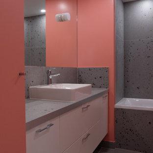 На фото: главная ванная комната среднего размера в современном стиле с плоскими фасадами, белыми фасадами, ванной в нише, керамической плиткой, розовыми стенами, полом из керамической плитки, накладной раковиной, столешницей из плитки, разноцветным полом и разноцветной столешницей с