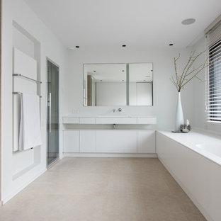 Exemple d'une grand douche en alcôve principale tendance avec des portes de placard blanches, une baignoire encastrée, un carrelage beige, des carreaux de céramique, un mur blanc, un lavabo intégré et une cabine de douche à porte battante.