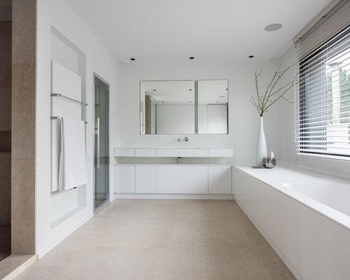 salle de bain avec une baignoire encastr e et un mur blanc. Black Bedroom Furniture Sets. Home Design Ideas